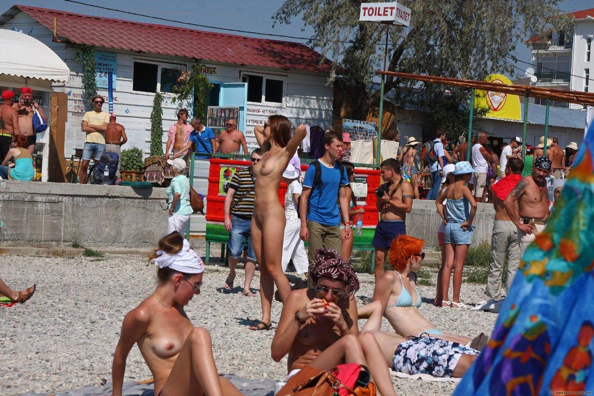 это голая на людном пляже молоденькие